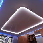 Įtempiamos lubos dviejų lygių su LED RGB apšvietimu svetainei