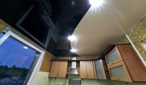 Įtempiamos lubos virtuvėje, Dviejų blizgių spalvų derinys
