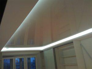 Dviejų lygių įtempiamos lubos su LED apšvietimu