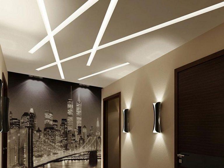 Įtempiamos lubos su tiesiomis šviestuvų linijomis