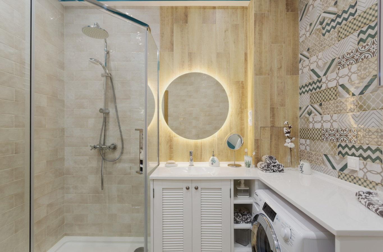 Įtempiamos lubos mažame vonios kambaryje